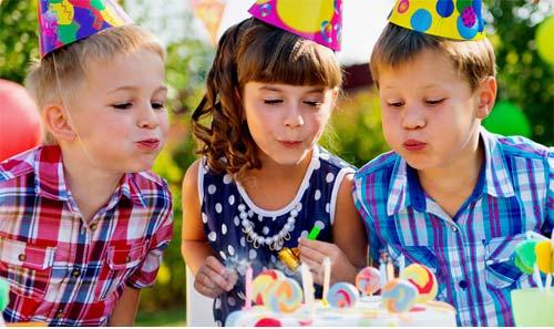 Kinder beim Kindergeburtstag